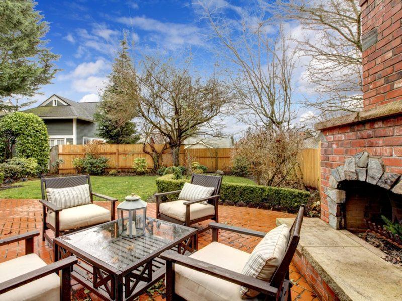 outdoor_fireplace_outdoor_living_entertaining_fall_autumn_patio_furniture_shutterstock_145201945-800x600