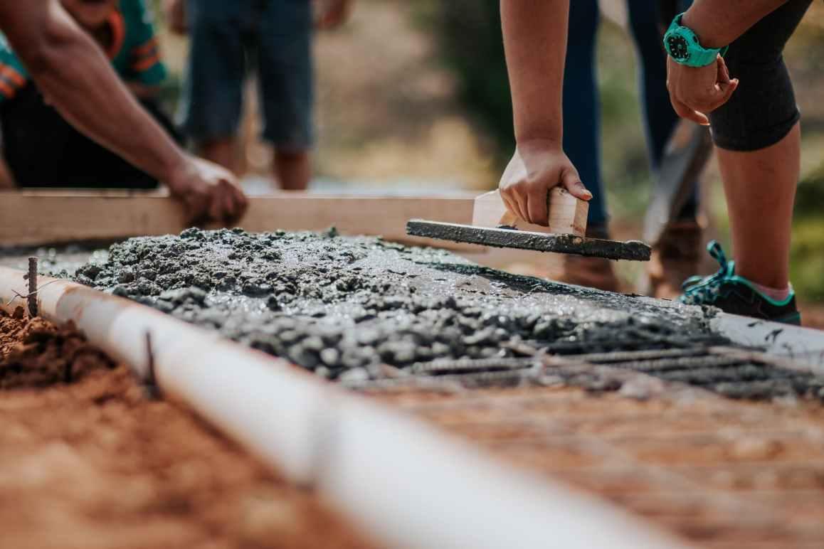 pose de dalles avec du béton