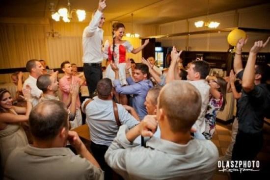 eskuvoi-tanc-az-asztalon-olaszphoto