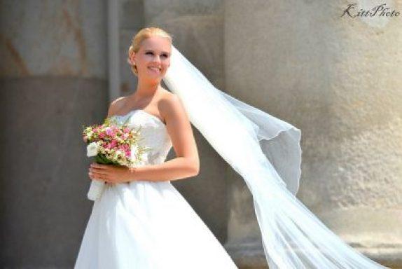 Vivi menyasszony a Váci Székesegyház gigászi oszlopai előtt