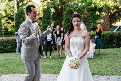 Csokordobás előtti áldás. Dehogyis! Csak kértem a menyasszonyt, még egy picit várjon. (fotó: Mészáros Fotó, Derűlátó)