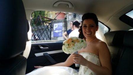 menyasszony-autoban-piros-hubadur