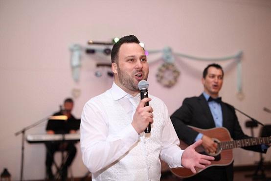 Esküvői beszéd - a vőlegény dalban mondja el ;) (háttérben a ceremóniamester, Fotó: Szabó Balázs)