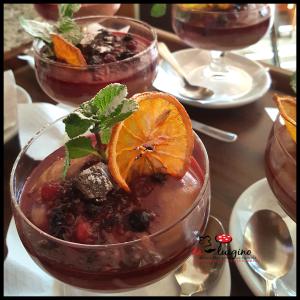 Dolce. Mousse di cioccolato glassato ai frutti di bosco su cialda di Pandoro Veronese.