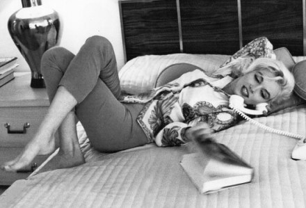 Marilyn Monroe reading (1)