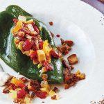 Chiles en nogada vegetarianos con frutos secos