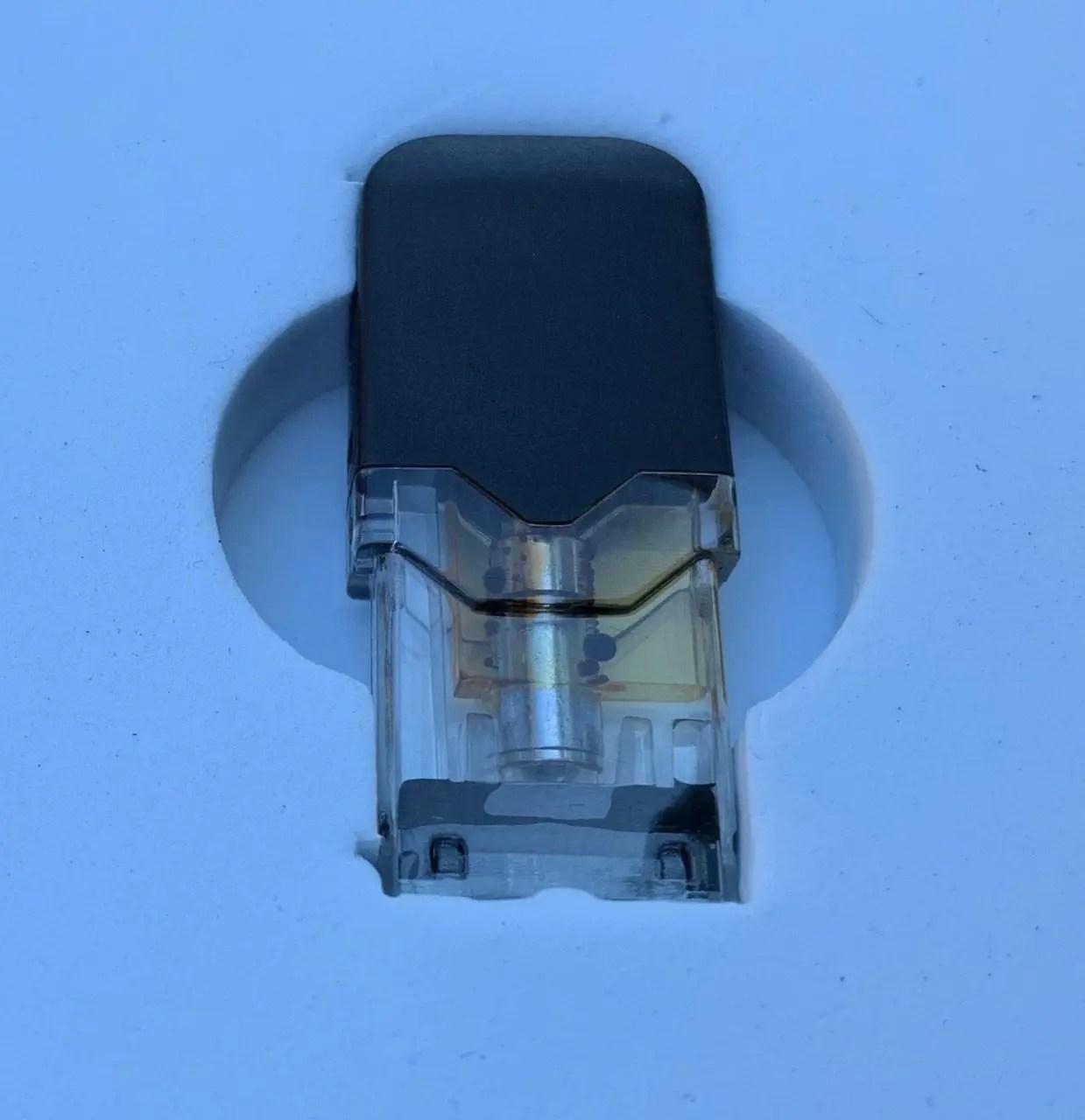 图6: 把烟嘴部分的塑料壳撸下来,看到整个烟油腔体,除了加热棒外,底部也沉淀了很多深色物质。 所以,浅色的油应该是就是MCT Oil三酸甘油脂油, 而深色的就是CBD油了,在Smoke Shop放置时间太久,分层了。