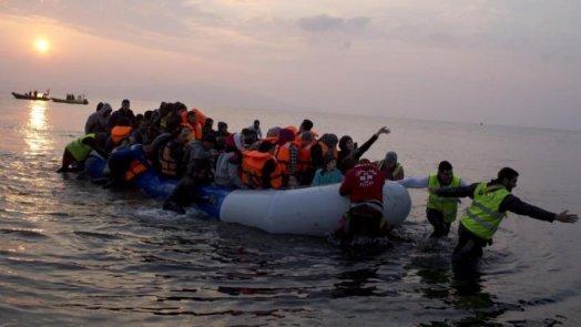 بينهم سوريون.. وصول قارب يضم 416 مهاجراً إلى بريطانيا عبر القناة الانكليزية