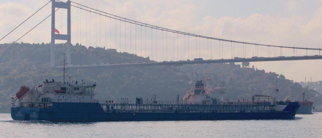 ناقلة نفط روسية تعبر البوسفور إلى الساحل السوري