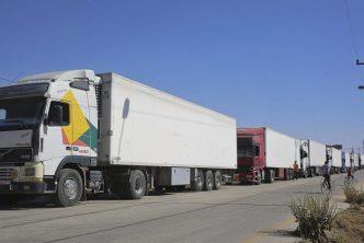 """بعد قرار منح """"الفيزا"""".. شاحنات البضائع السورية تدخل حدود السعودية"""