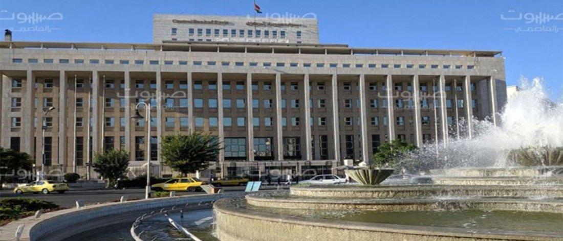 مرسوم بإعفاء حاكم المصرف المركزي، ومسؤول حكومي يتوقع ارتفاع قيمة الليرة السورية