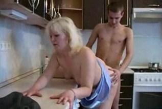 Nadržený mladý klučina opíchá svoji mámu – incest porno