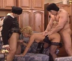 Pornokalendář DP (Šarlota 27.10) – Čaroděj a jeho pomocník kouzlí s prodavačkou nábytku