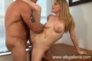 S Allie James na stole (HD porno)