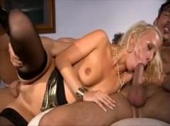Česká blondýnka Carla Cox uspokojí dva muže
