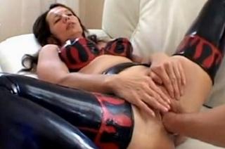 Žena v latexu zažije fisting kundy i análu