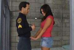 Mackenzee Pierce přefiknuta policistou ve vězení