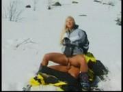 Šukání na sněhu maďarky Sharon Bright