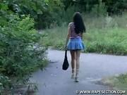Násilník s nožem přepadne a znásilní mladou slečnu
