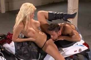 Tanya James řádí s motorkářem