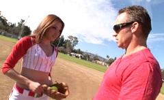 Baseballistka Evilyn Fierce píchá s trenérem