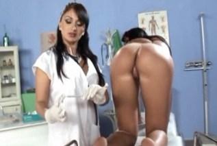 Gynekoložka Lea Lexus prohlédne pacientku Indira Popov