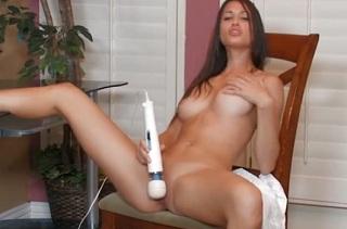 Tiffany Thompson si hraje s vibrátorem