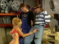 Dolly Buster si poradí s dvěma automechaniky