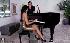 Pianistka Breanne Benson předvádí své umění