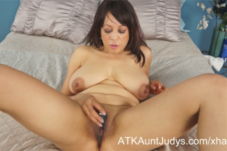 Americká milf Lala Bond masturbuje (HD porno)