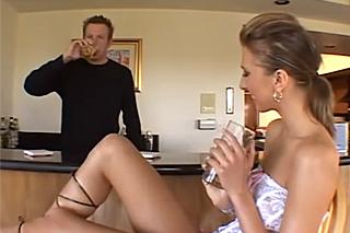 Barman píchá svou zákaznici na barové židli (Janet Alfano)