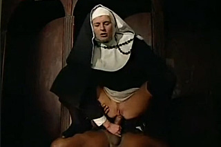 Černošský kněz vyšuká anál jeptišky ve zpovědnici