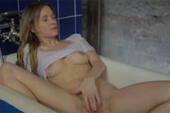 Češka Angel Piaff masturbuje ve vaně (HD porno)