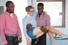 Doktorandka Natasha White mrdá se dvěma černošskými kolegy