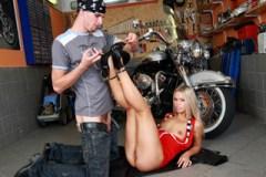 Křehká dívka Sabrina Blond ukojí péro drsného motorkáře