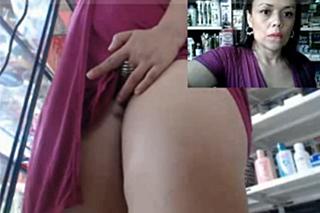 Masturbace zralé prodavačky v obchodě