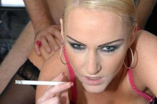 Náruživá kuřačka Emma Louise, aneb soulož s cigaretkou