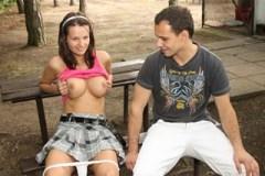 Osmnáctka Rita Argiles prcá s přítelem na koupališti