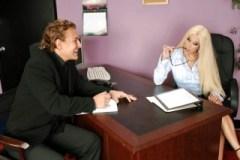 Šéfka Gina Lynn otestuje nového asistenta
