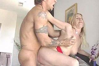 Sexuchtivá milf Taylor Lynn v anální akci