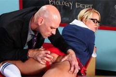 Statný profesor vyšuká ve třídě culíkatou nezbednici (Alexis Monroe, Johnny Sins)