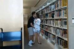 Studentský pár dovádí v univerzitní knihovně
