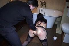 Submisivní gotička s manželem, aneb amatérské BDSM v koupelně!
