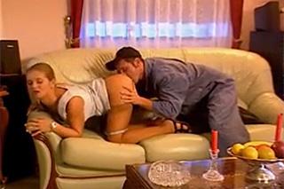 Údržbář ojede análek mladé paní domácí – klasické porno