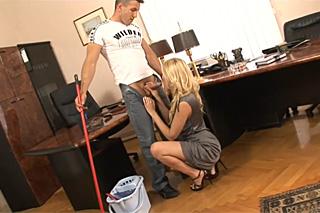Uklízeč oprcá šéfovu sekretářku