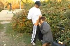 Zralá cestovatelka vykouří cizince v parku vedle nádraží