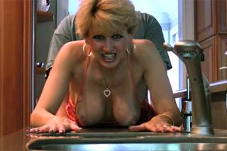 Zralá manželka podrží na kuchyňské lince (HD porno)