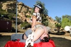 Americký kovboj Evan Stone osouloží farmářku Raylene na statku