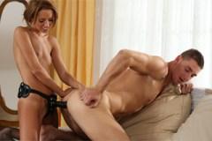 Češka Gina Devine šuká muže připínákem! – strapon porno