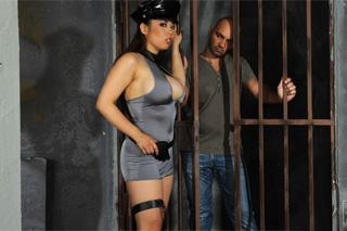Dozorkyně Tigerr Benson ošuká plešatce ve výkonu trestu!